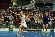 26. Mistrovství České republiky ve squashi v Galerii Harfa v Praze 4. března. V bílém Anna Sermeová a Olga Kolářová.