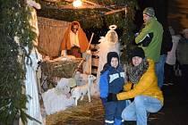 Obrovský betlém, povoz tažený oslíky, Mikuláš s čertem a andělem, kozy, davy lidí a ohňostroj. K tomu všemu tradiční vánoční jarmark a rozsvícený stromeček. Tak to vypadalo v neděli v podvečer v Melči.