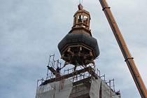 Úchvatnou podívanou při usazování nového vrcholku kostelní věže si nenechaly ujít desítky zvědavých přihlížejících. Na závěr akce čekali lidé několik hodin. Dřevěná kupole dostane ještě nový kabátek z mědi, aby odolala neúprosnému zubu času.
