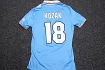 Velmi cennou relikvii dodal útočník Libor Kozák, který do aukce věnoval svůj dres Lazia Řím z finále italského poháru.
