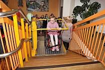 Jako první si novou plošinu pro imobilní žáky na Základní škole Šrámkova vyzkoušela zdejší žákyně Hana Silná.