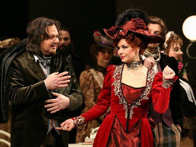 Představitelé Marcella a Musetty v opeře Bohéma Nikolay Někrasov s Terezou Kaveckou (v červených šatech).