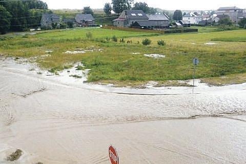 Hlavní silnice ve směru na Píšť byla předevčírem kvůli přívalovým dešťům pod vodou. Poničila i místní sportovní areál.