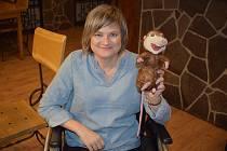 Helena Jombíková se narodila v roce 1975 s vážným zrakovým postižením, před deseti lety u ní vypukla ještě neléčitelná mitochondriální porucha. I přes nepřízeň osudu se ale paní Hela nevzdává.