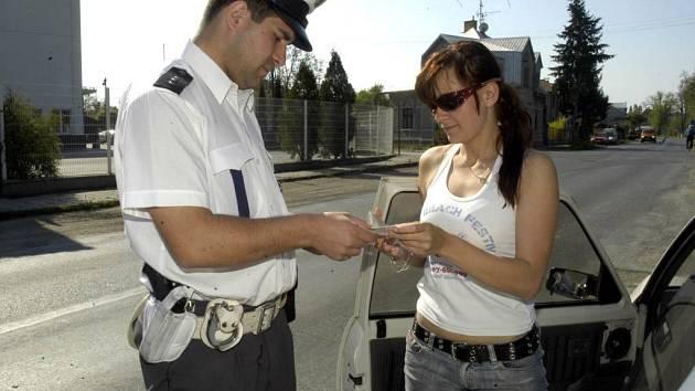 Řidiči zase zlobí. Podle policistů strach z bodového systému postupně opadá a hříšníci se zase začínají předvádět.