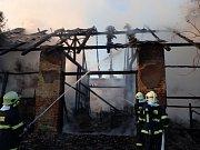 Při požáru stodoly zasahovalo v Píšti celkem osm jednotek hasičů. Foto: archiv HZS MSK