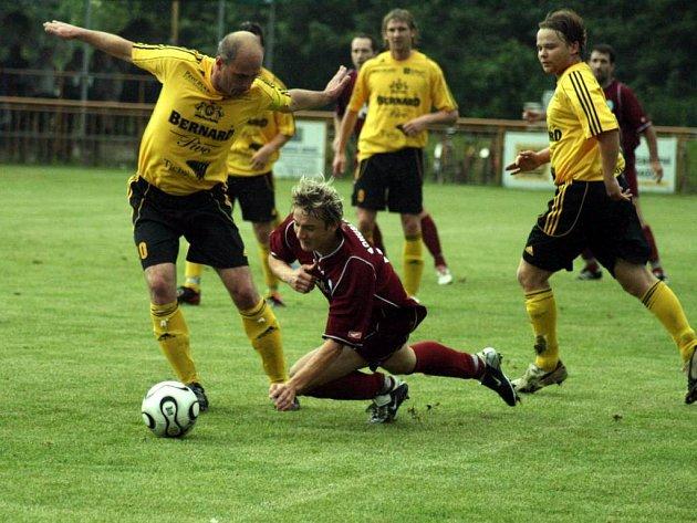 Diváci viděli dvanáct branek. V Háji se střílo ostošest. Obrany měly doslova den otevřených dveří. Na snímku bojuje o míč domácí kapitán Kamil Mihola.