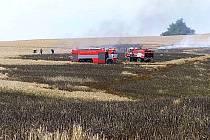 Pole v Jakartovicích. Požár na něm se podařilo hasičům lokalizovat přibližně po dvou hodinách.