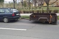 Místo kola namontoval řidič k přívěsnému vozíku skateboard.