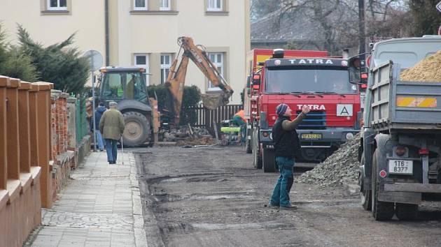 Rozkopaná Gudrichova ulice bude pro běžný provoz uzavřena až do listopadu.