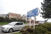 Rozkopaný úsek silnice, na němž je doprava řízena semafory, ze směru od Opavy končí v Lesních Albrechticích u odbočky na Větřkovice a Vítkov.