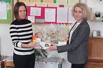 Martina Urbančíková (vlevo) přebírá od Barbory Šumberové dárkovou kolekci.