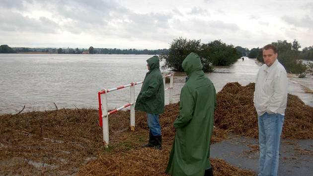 Ucpaná kanalizace pod cestou na Držkovice.