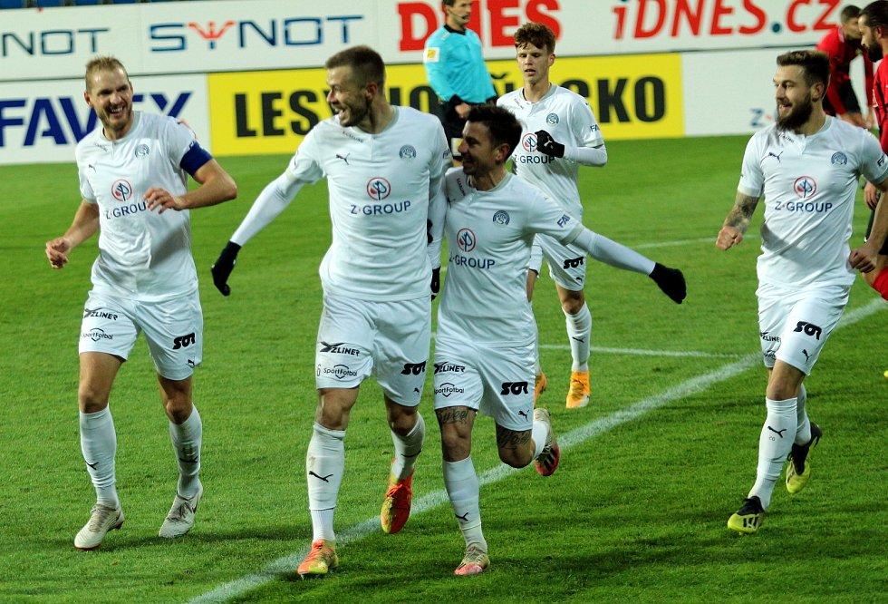 Fotbalisté Slovácka (v bílých dresech) se v 9. kole FORTUNA:LIGY utkali s předposlední Opavou.