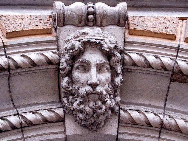 Štít domu zdobí lidská hlava.