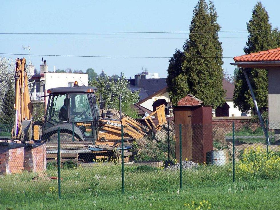 V místech, kde se dříve stavět nesmělo, se dnes budují inženýrské sítě a město nabízí parcely k odkoupení.