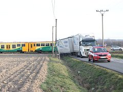 V pátek, před druhou hodinou odpolední byl zastaven provoz na železniční trati mezi Opavou a Hradcem nad Moravicí. Důvodem byla srážka osobního motorového vlaku s nákladním automobilem.