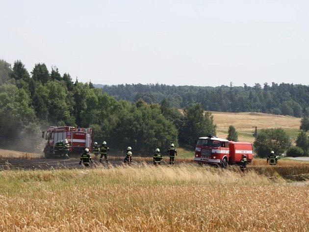Jeden hektar obilí hořel vneděli vChuchelné. Hasiči jej lokalizovali za devět minut a zasahovalo celkem sedm jednotek. Hmotná škoda byla čtyřiadvacet tisíc.