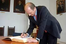 Zápis do pamětní knihy. Osobnosti, které navštíví Opavu, se podepisují do knihy u primátora města. Výjimkou nebyl ani ministr zemědělství Petr Gandalovič, který v Opavě jednal včera.