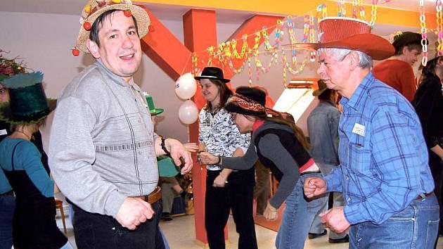 Decentní modely i zcela extravagantní pokrývky hlavy byly k vidění na kloboukovém bále, který se o víkendu konal v sociálně terapeutické dílně Radost opavské Charity.