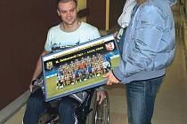 Zraněného Ondřeje Malohlavu navštívil v nemocnici také kapitán SFC Opava Jaroslav Kolínek.
