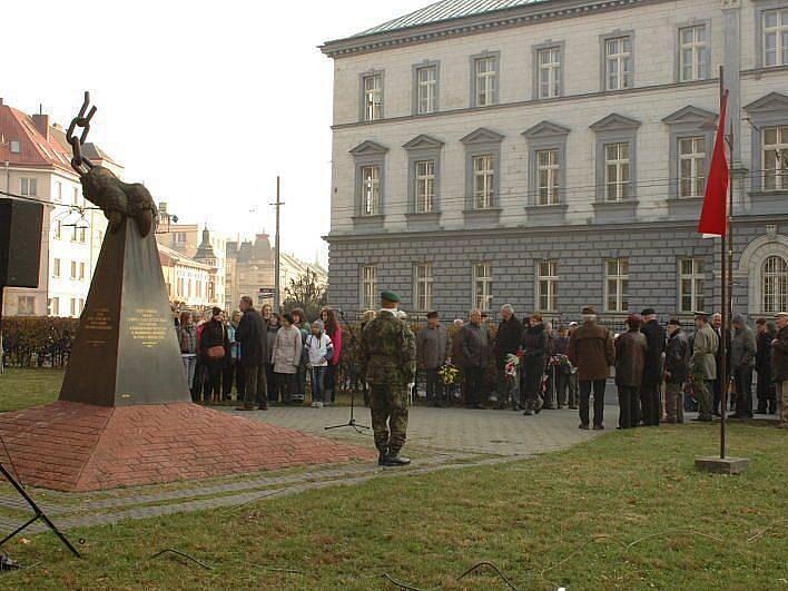Ve čtvrtek si Opavané připomněli Den boje za svobodu a demokracii pietním aktem u Památníku obětí totalitních režimů na náměstí Slezského odboje.