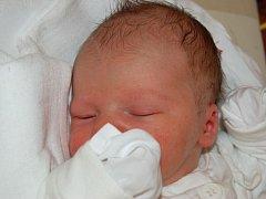 """Antonín Komenda se narodil 7. srpna, vážil 3,81 kg a měřil 59 cm. """"Ať je Antonín hlavně zdravý,"""" popřáli svému prvorozenému synovi na cestu životem rodiče Antonín a Eva z Opavy."""