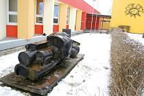 Plastika Františka Štorka stojí před Základní školou Rovniny v Hlučíně už více než čtyřicet let.