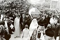 Pohřbu Jana Zajíce ve Vítkově se zúčastnily stovky lidí.
