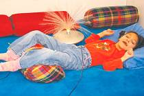 Postiženým dětem jsou senzorické místnosti, jako ta na snímku ze Základní a Praktické školy Slezského odboje, výbornou učební pomůckou i místem relaxace.