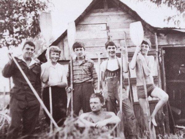 První loděnice vzahrádkářské osadě vOpavě přibližně zroku 1963.Zleva: Petr Günzel, Jarka Bílková, Jirka Mrůzek, Jarek Konečný, Vlastik Mruzek. Dole: Laďa Krecioch.