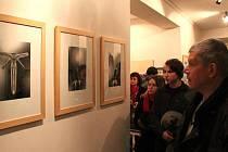 Zvědavé i zkoumavé pohledy návštěvníků vernisáže výstavy Navzdory pouštím.