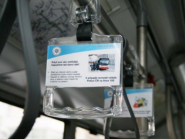 Letáčky varující před zloději najdou cestující třeba na madle, kterého se drží.