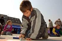Děti, mládež, ale i dospělí se mohou účastnit letní výtvarné nebo fotografické soutěže. Výtvarnou vyhlásilo město Hradec nad Moravicí a fotografickou obec Bolatice.
