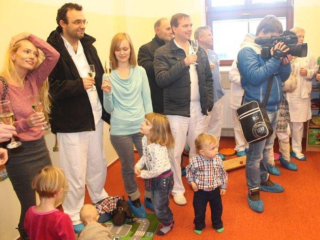 Za účasti vybraných hostů a osobností, ale také zaměstnanců a několika dětí se uskutečnilo slavnostní otevření nové mateřské školy pro děti pracovníků ve Slezské nemocnici.