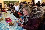 Tisíce lidí už pátek navštívily opavskou zemědělskou školu, kde pro ně byl od rána připraven program, který zahrnoval kreativní dílny, prodej vánočních ozdob, cimbálovou muziku, ale také ochutnávku opavského piva a širokou nabídku jídel.