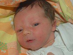 """Sebastian Polach se narodil 13. prosince, vážil 3,75 kg a měřil 54 cm. Rodiče Jana a Jaroslav z Chuchelné svému synovi přáli: """"Hlavně zdraví a ať se mu všechno špatné vyhne obloukem."""" Doma už se na miminko těší sestra Julinka."""