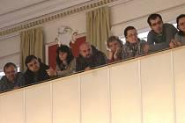 Herci Slezského divadla vystoupili na mimořádném jednání zastupitelů.