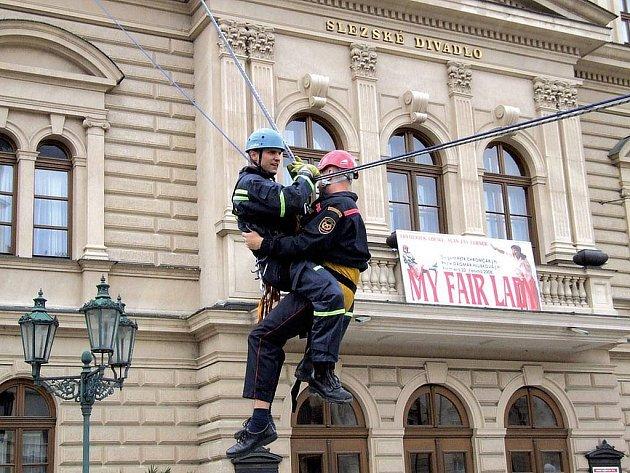 Loni v červnu hasiči předváděli urychlenou evakuaci z hořícího Slezského divadla.