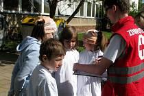 Ošetřit popáleniny, zastavit žilní či tepenné krvácení, nebo dokonce oživovat. To je jen zlomek toho, co si zkusilo zhruba 120 dětí. Ty na akci pořádané Českým červeným křížem soutěžily v různých disciplínách v rámci poskytování první pomoci.