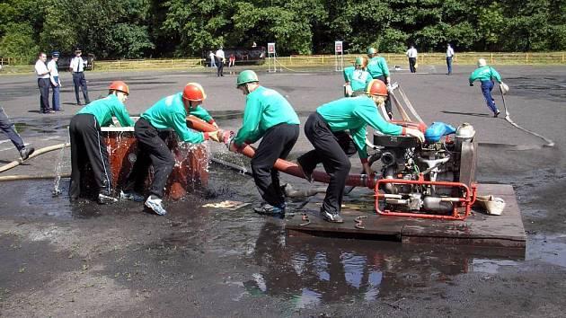 Zájemců o požární sport přibývá také mezi mladými závodníky. Starší žáci Těškovic dokonce bojovali o titul mistra republiky.