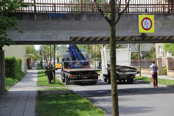 Pod viaduktem na začátku Englišovy ulice neodhadl výšku další řidič nákladního vozidla.