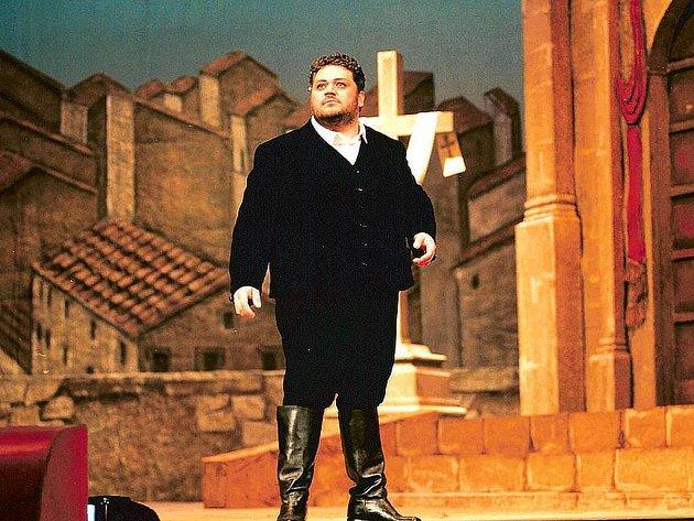 Nino Interizano. Italský sólista, žák Luciana Pavarottiho vytvoří titulní roli v opeře Trubadúr.