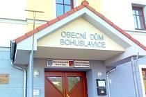 Na obecním úřadě v Bohuslavicích byly hrábě vyvěšeny od středečního rána.