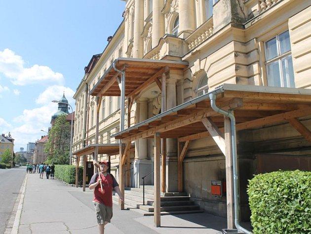Dřevěný přístřešek hyzdí budovu Slezské univerzity už tři roky.