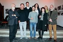 Členové Skupiny 28 na hlučínské vernisáži spolu s Jindřichem Štreitem (vlevo) a Jiřím Siostrzonkem (zcela vpravo).