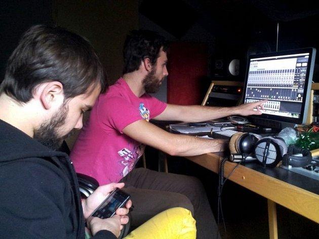 Skupina The Fall of Ghostface ve studiu, Michal Oslanec u počítače.