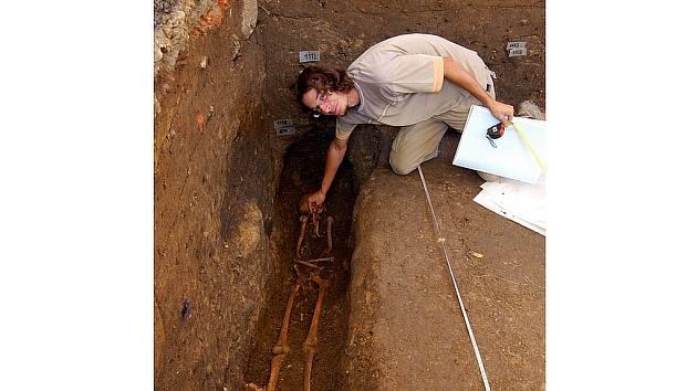 Martin Moník z olomoucké společnosti Archaia ukazuje na neporušenou kostru, kterou archeologové nalezli v jedné ze sond.