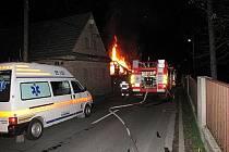 Noční zásah hasičů při požáru ve Vítkově.