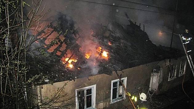 Vypálený dům půjde k zemi.